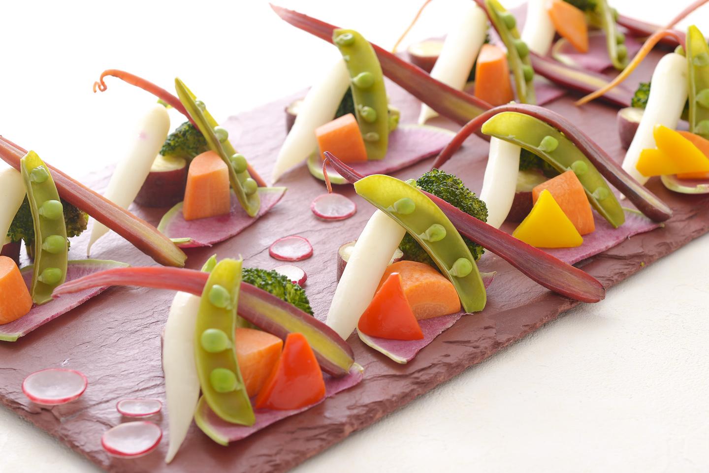 <p>新鮮な彩野菜を女性に大人気のバーニャカウダーソースをさらにクリーミーに仕上げたソースをたっぷりつけてお召し上がりください</p>