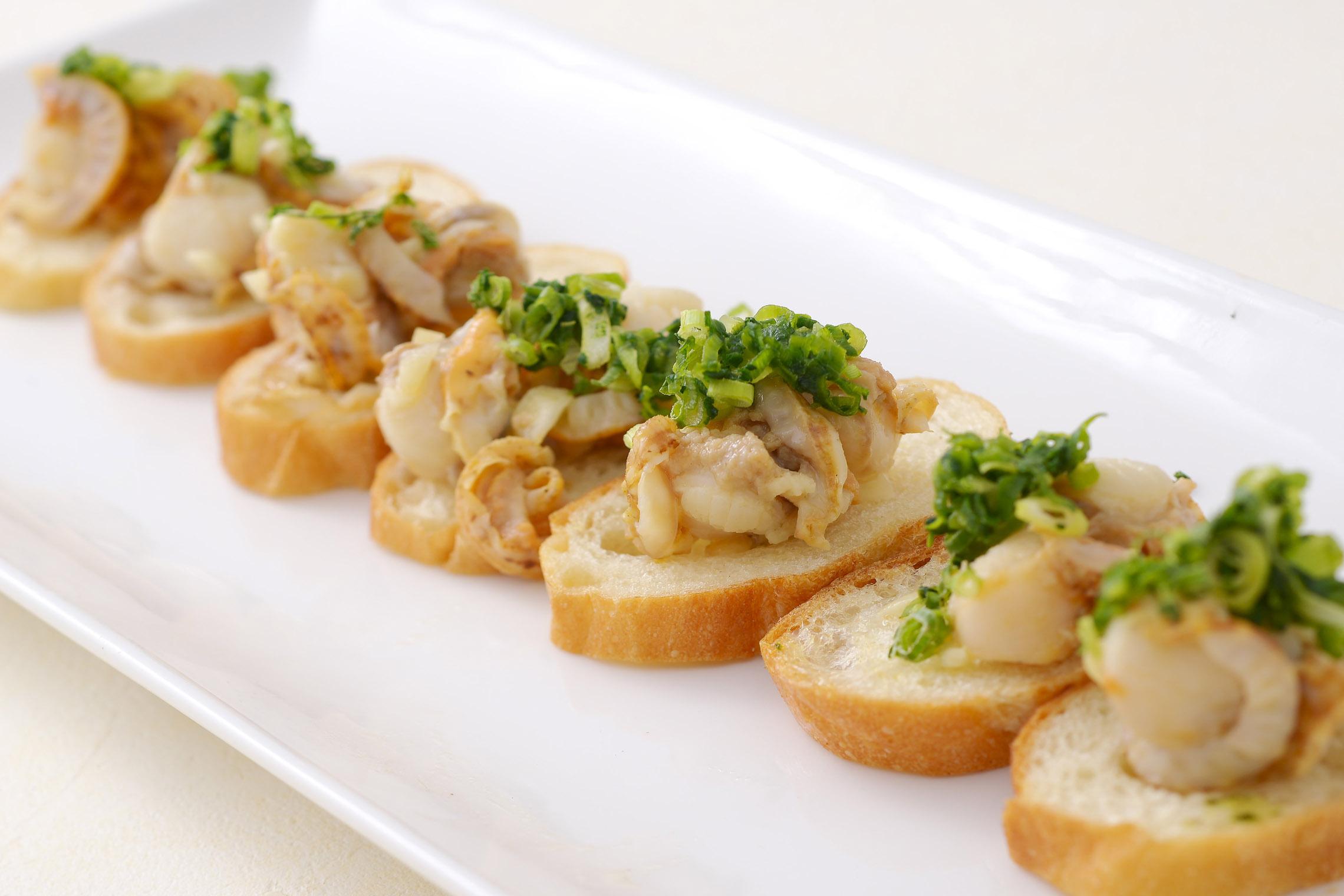<p>スペイン料理定番アヒージョをピンチョススタイルで食べやすく</p>