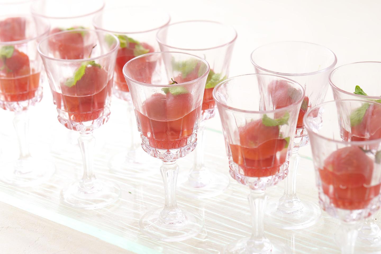 <p>ミニトマトを一つ一つ丁寧に湯ムキし、フレシュミントで香りつけ、甘~いシロップづけのミニトマトです。</p>