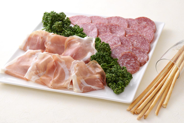 <p>イタリア産プロシュート生ハムとイタリア産ミラノサラミの盛り合わせ、豪華に盛り付けています。</p>