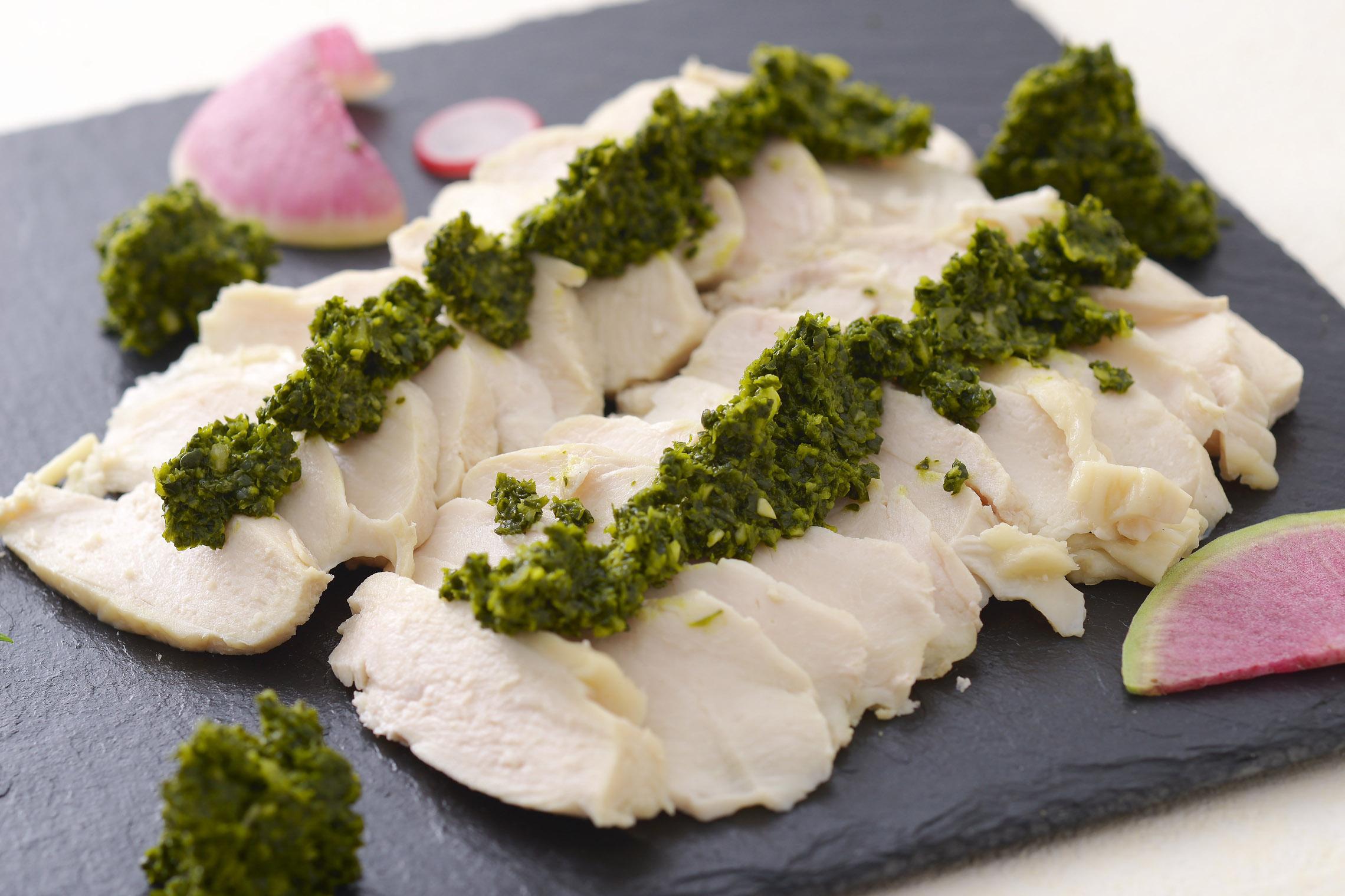 <p>自家製のしっとり仕上げた鶏ハムにサルサヴェルデとはパセリソースの事です。</p>