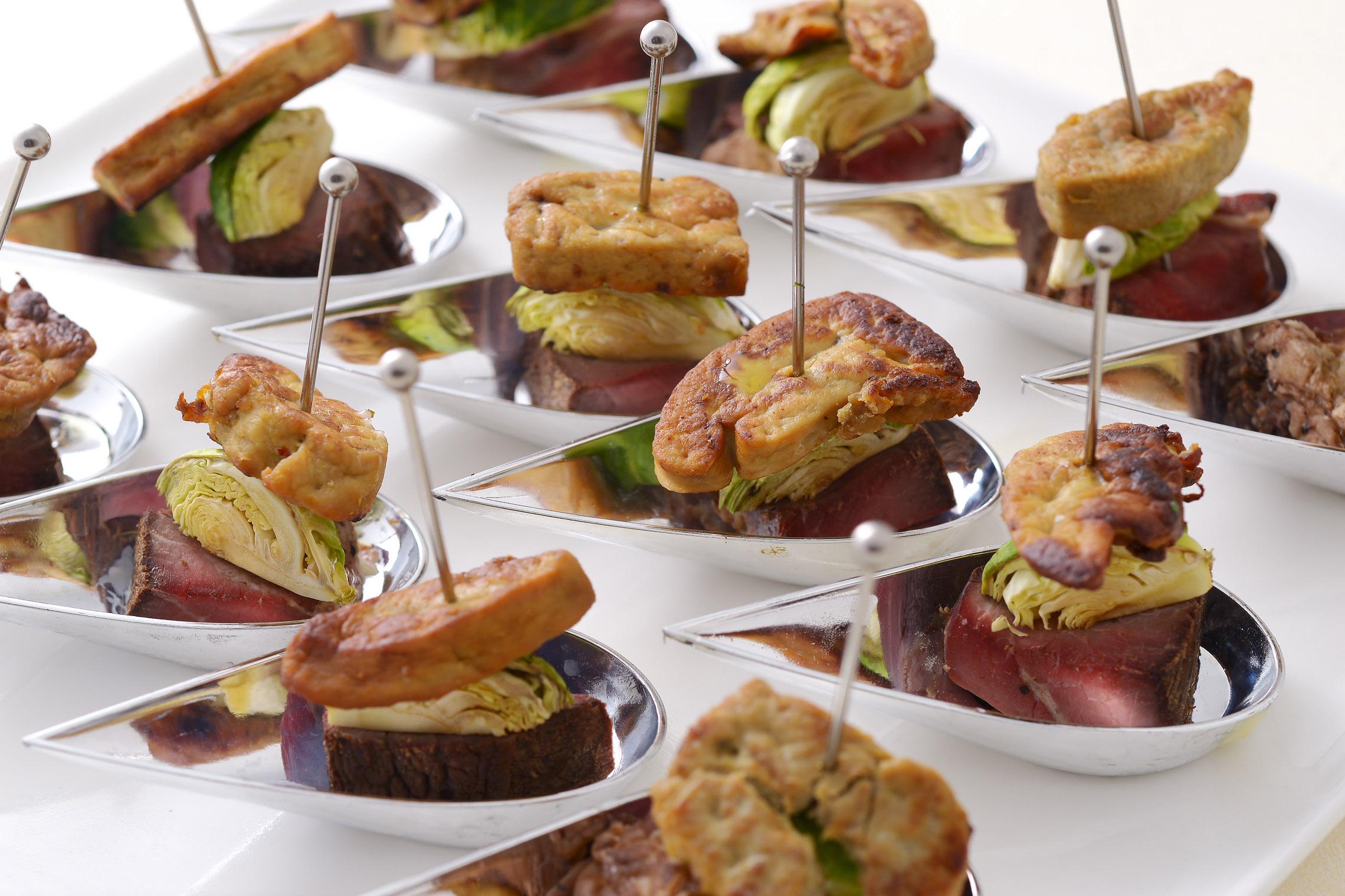 <p>フォアグラとローストビーフを贅沢にピンチョススタイルで。トリフ風味のバルサミコを使用する事で口の中でマリアージュがGOOD!!</p>