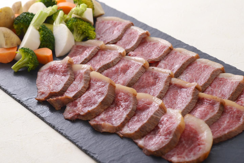 <p>牛もも肉をたっぷりの香味野菜と共に低温でじっくり焼き上げ和ベースのわさびソースでお召し上がり下さい。</p>