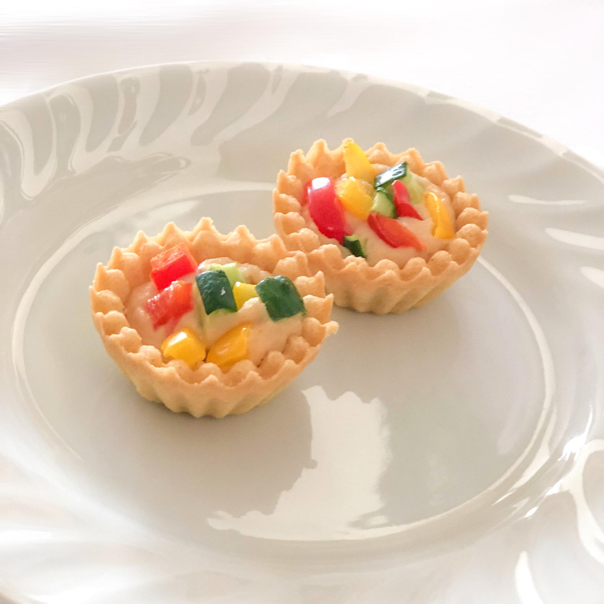 <p>自家製ディップソースと彩野菜を一口サイズのタルトに仕上げた一品。</p>