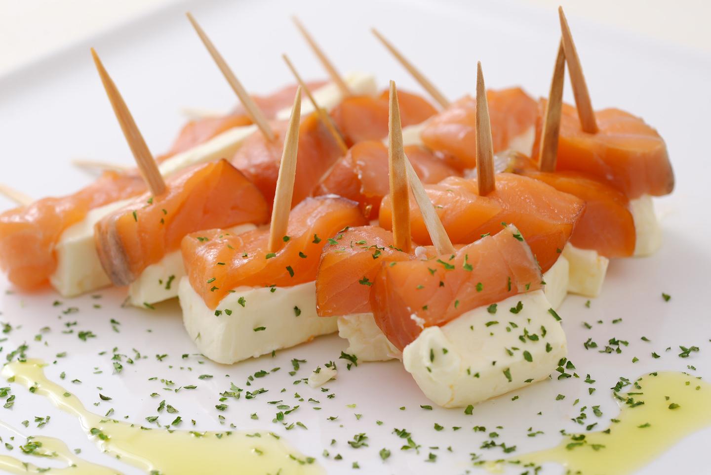 <p>自家製だから出るスモークの香りが良くブロック状に切ることでクリームチーズに負けず絶妙な組み合わせ</p>