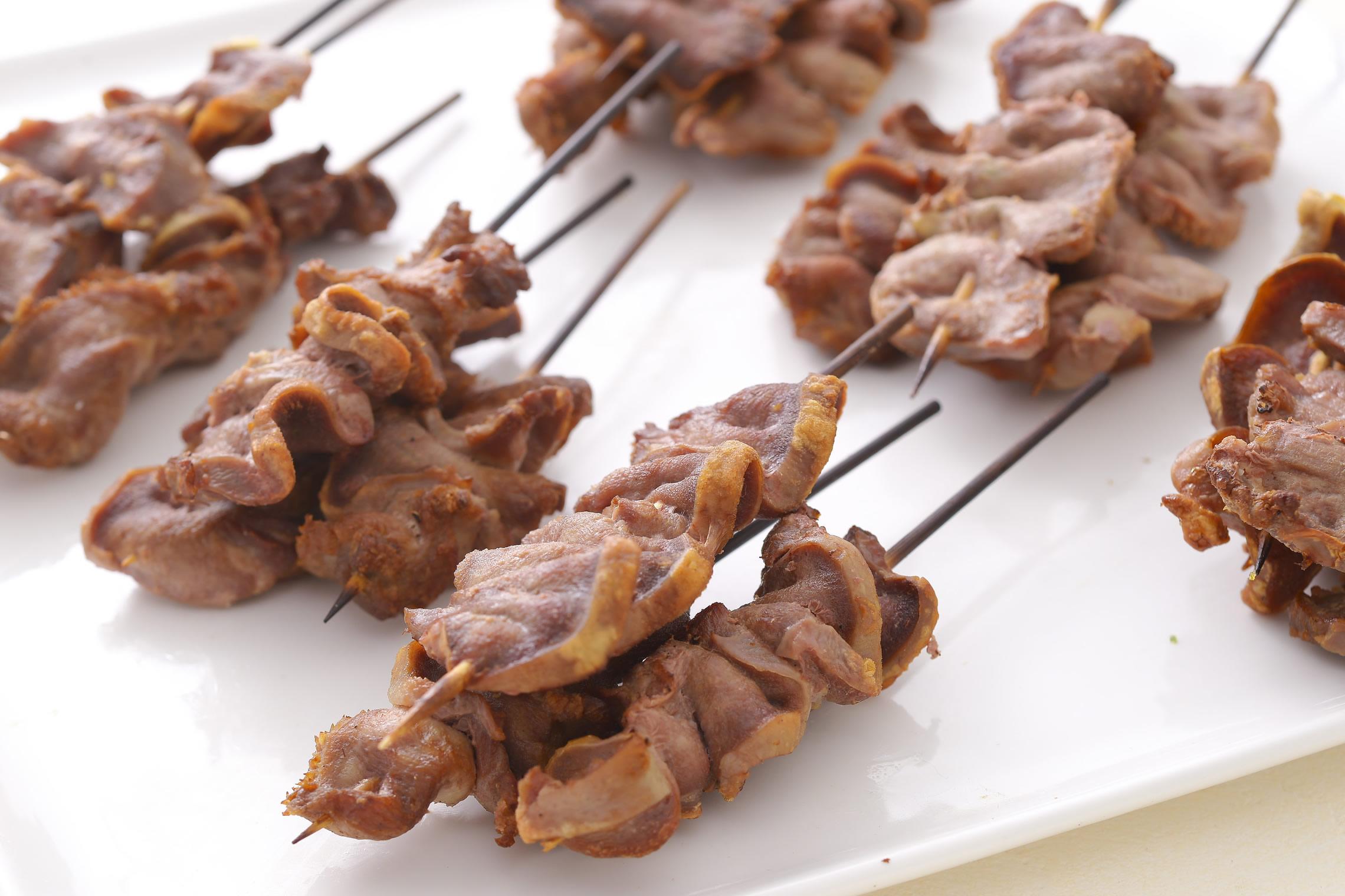 <p>豚タンを丸ごと燻製にし、一口大にカットすることで、コリコリした(鶏の砂肝のような)食感。ビールとの相性抜群です。</p>