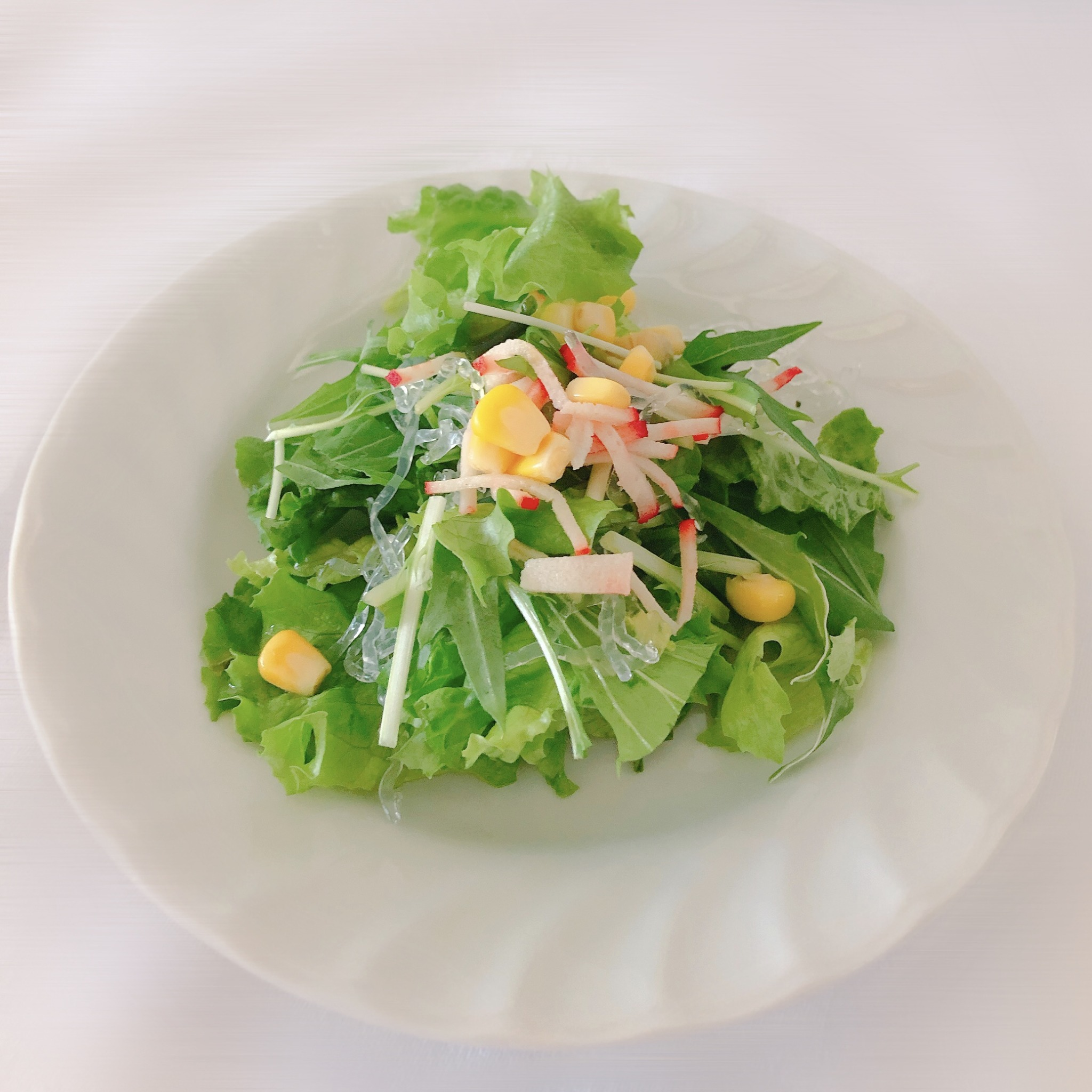 <p>シェフの気まぐれの旬の野菜などをふんだんに使用し季節感を味わえるサラダです。</p>