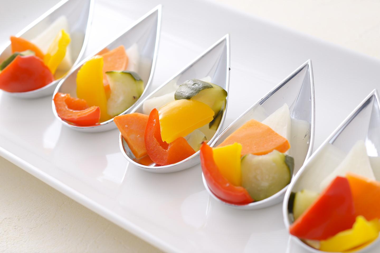 <p>彩野菜を一口大にカットし、隠し味に塩麹で従来のピクルスより酢のキツさを抑えたとても食べやすいピクルスです。</p>