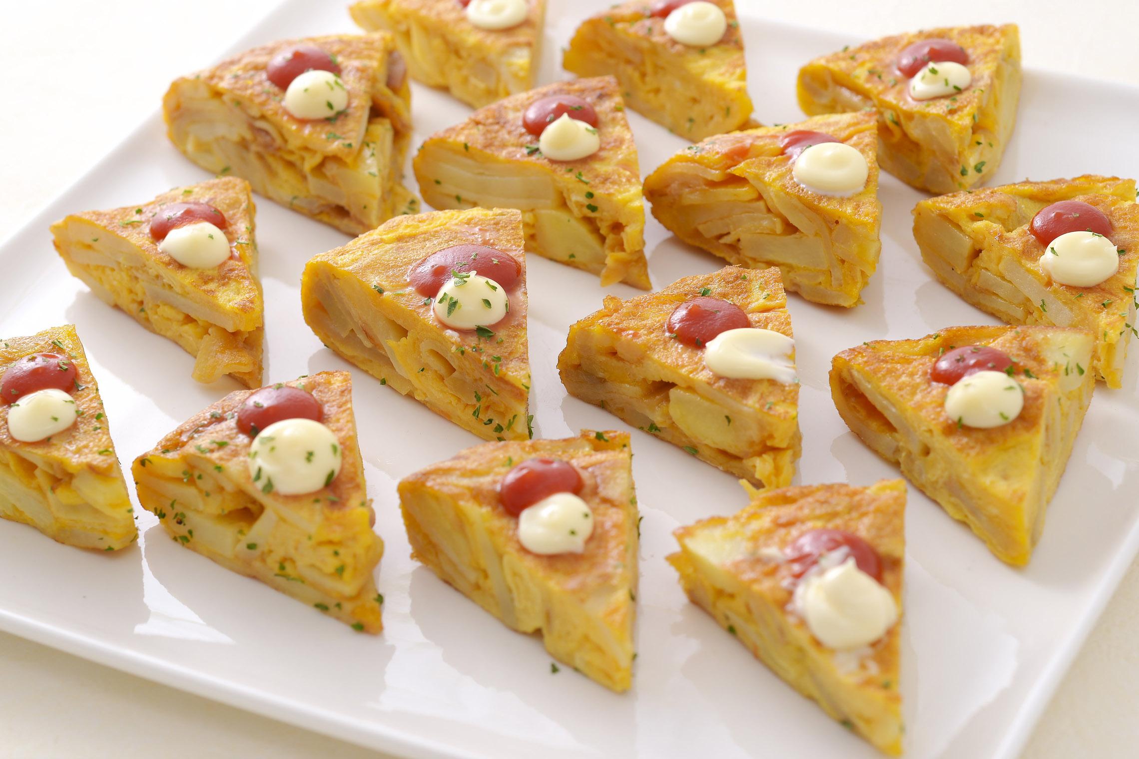 <p>スペイン料理の定番のオムレツ!シンプルにじゃがいもと塩のみで味付け。アリオリ(ニンニクマヨネーズ)と相性抜群に仕上げています。</p>