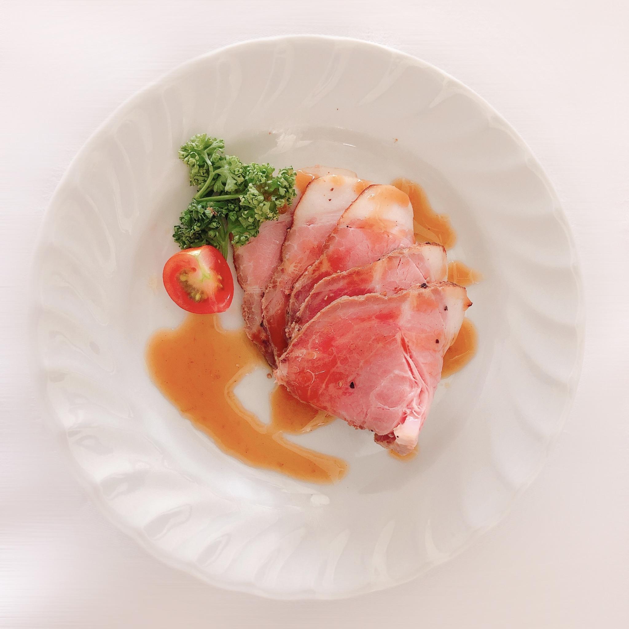 <p>豚肩ロースをたっぷりのハーブと共に低温でじっくり焼き上げ和ベースのわさびソースでお召し上がり下さい</p>