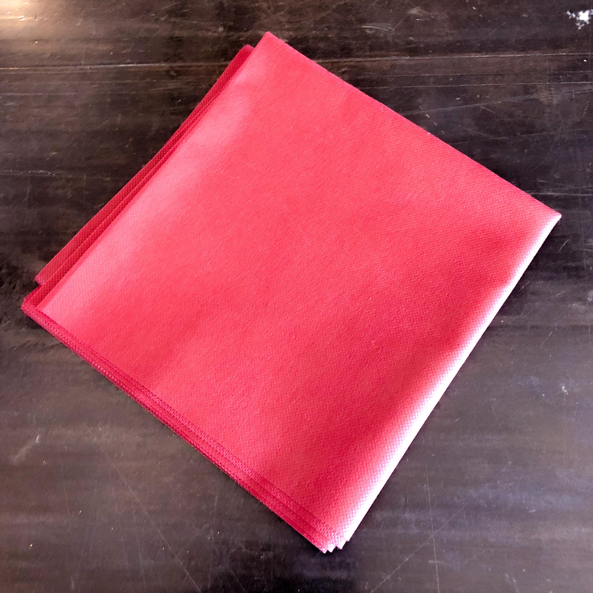 <p>テーブルクロス ワインレッド 使い捨て用です。<br /> サイズ 100cm × 100cm<br /> 素材 ポリプロレイン<br /> 撥水加工がされているため、複数回ご利用可能です。<br /> ※若干透け感がございます。</p>